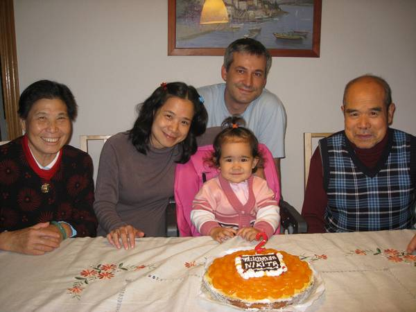Nikita durante su segundo cumpleaños con padres y abuelos chinos