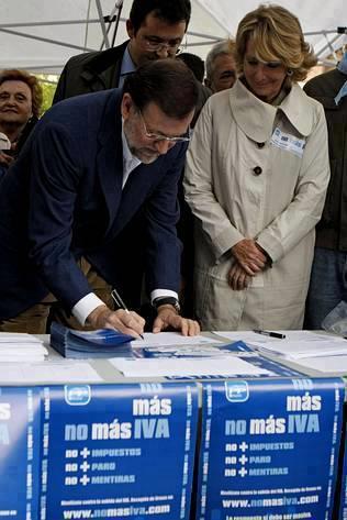 Rajoy y Espe Aguirre firmando No más IVA